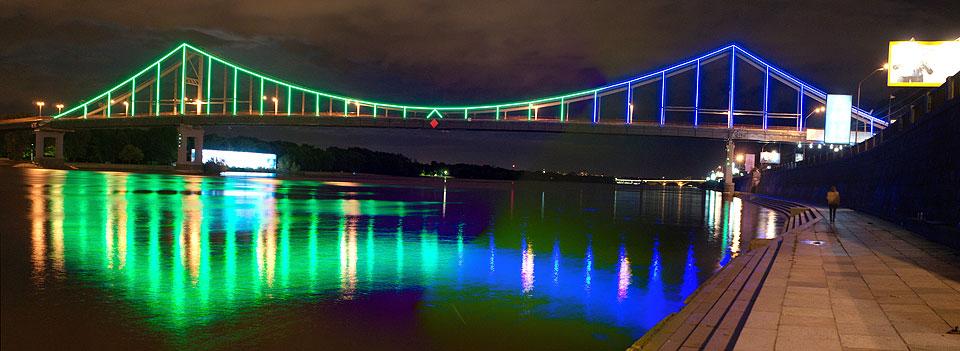 В Киеве Пешеходный мост засиял цветами радуги